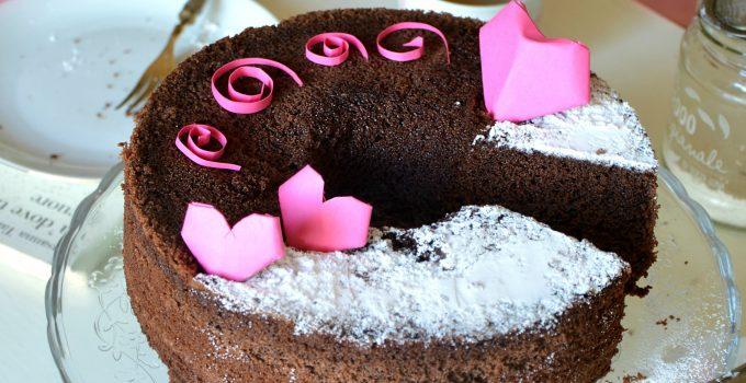 Chiffon cake fluffosa al cacao e peperoncino, profumata al mandarino